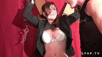 Jeune francaise aux enormes seins defoncee corrigee et fiste dans un jeu bdsm