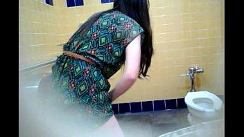 Latina en el baño tiene comezon en la vagina
