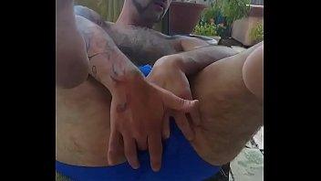 b. se mete el dedo