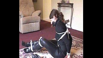 Stiefel Lady mit Lederhose gefesselt