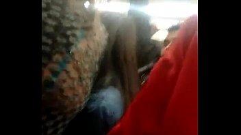 Encoxando con la mano en el metro
