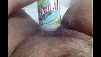De golosa metiéndome una botella en la vagina