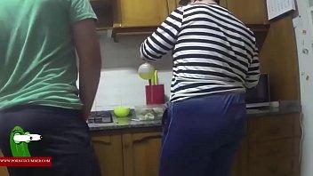 Dandole por detras en la cocina GUI00226