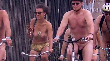 Ciclitas peladões pelas ruas da cidade é a pedalada pelada 2 min