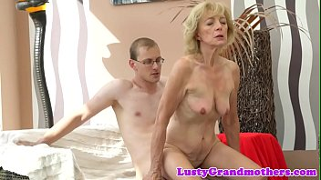 Amateur granny cockriding before missionary 6 min