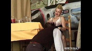 Mentre il marito è al bagno la troia della moglie si fa inculare dal cameriere 19 min