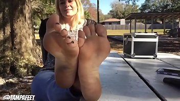 Cams4free.net - Blonde Teen's Feet Are Very Hot