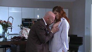 Patron sans scrupule, encule la fille de 18 ans, de sa secretaire. 16 min