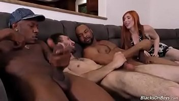 A esposa vê ele sendo fodido pelos negões gostosos   Twitter @diinhox 33 min