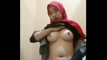 Hijab horny di toilet mall - full video xbecek.com