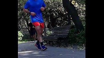 Gostoso correndo de pau saltado