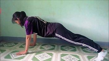 bé nữ sinh 2k1 tập plank lộ ren quần lót nhìn đã mắt quá (p1)