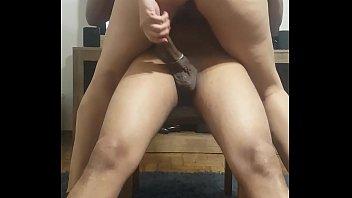 Hot wife tirando a camisinha do dotado enquanto rebola 74 sec