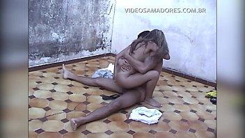 Garoto vê a irmã fazendo sexo com o vizinho no quintal e grava vídeo 67 sec