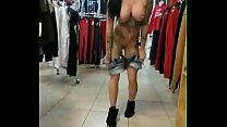 Chica muestra tetas en tienda de ropa