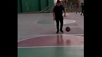Gorda reimunda tetona juega basquet