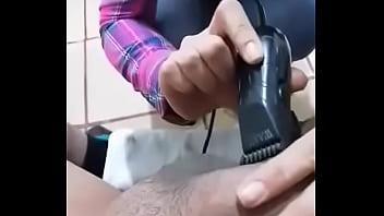 Estilista cachonda me depila los huevos antes de darme el mejor sexo de mi vida. 30 sec