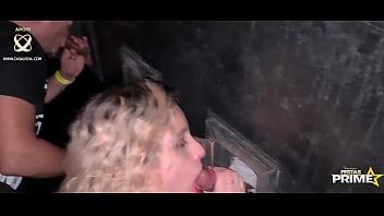 Chupando várias picas no Glory Hole
