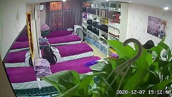 2048社区 - big2048.com@黑客破解家庭网络摄像头监控偷拍美容养生馆打烊后胖老板和美容师在按摩床上爽歪歪