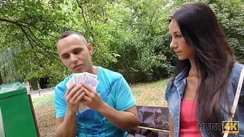 HUNT4K. Un étalon en colère contre de l'argent permet au chasseur de baiser sa mince petite amie