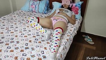 Padrastro Pervertido se Aprovecha de Su Linda Hijastra pequeña cuando esta descansando