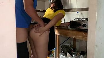 cuñado que rica es tu verga pero dejame cocinar tranquila mi marido nos va a descubrir   mi cuñado se queda en mi casa mientras mi esposa trabaja el me coge rico en la cocina mientras cocino para su hermano