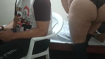 jugando con mi amigo a VIDEOJUEGOS Su ESPOSA comienza a meterme mano luego comienza a chuparme la polla y Mi MEJOR amigo el Cornudo no se da de cuenta
