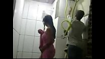 REAL - Esposa safada toma banho na frente dos pedreiros enquanto marido trabalha 2 min