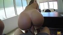 LOAN4K. Mann benutzt junges Studentenmädchen als Hure in seinem großen Büro