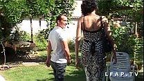 Amatrice francaise se fait demonter le cul dans la jardin apres une bonne pipe