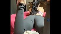 Hermoso trasero en jeans yoga pants